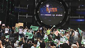 台大維安考量 中國新歌聲活動取消台大學生24日抗議校方將田徑場租借給中國大陸選秀節目舉辦音樂會,造成跑道受損,更嚴重影響學生受教權。主辦單位應校方要求,基於維安因素取消活動。中央社記者繆宗翰攝 106年9月24日