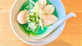 東京的青色拉麵。(圖/翻攝自KIPPOSHI 拉麺)