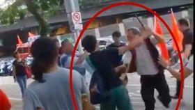 網友提供另一段統促黨胡大剛持甩棍從學生背後偷襲的影片(翻攝TaiwannawiaT)