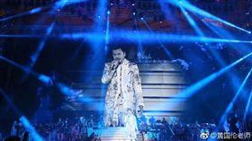 黃國倫在北京鳥巢開演唱會,請來周華健、鄧紫棋、黃綺珊、金志文擔任嘉賓,但老婆寇乃馨坦言,演唱會成本破億元,兩人賠了五千萬。(翻攝自黃國倫微博)