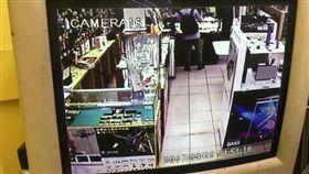 林男伸手竊走放在櫃台上的手機。(圖/翻攝畫面)