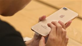 果粉端詳金色iPhone 8 PlusApple台北101直營店22日開賣iPhone 8系列新機,一名日前在網路上預約的消費者到場領貨後,仔細檢查熱騰騰的金色iPhone 8 Plus。中央社記者徐肇昌攝  106年9月22日