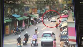 白車不滿謝男超車,一路尾隨在後。(圖/翻攝畫面)