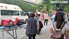 統促黨總裁白狼張安樂召開記者會,並提供影片藉以自清,卻意外踢爆豬隊友帶鋁棒嗆學生(翻攝畫面)