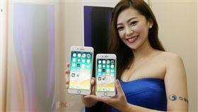 iPhone 8開賣(3)電信業者22日開賣iPhone 8系列新機,各家電信都出現購機人潮,中華電信模特兒展示iPhone8、8 Plus兩隻不同尺寸的新機,首賣現場也提供供果粉試用。中央社記者吳家昇攝  106年9月22日