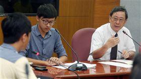 台大主秘向學生說明中國新歌聲事件台大租借田徑場給中國大陸節目「中國新歌聲」,引發一連串爭議,主任秘書林達德(右)25日下午在校內舉行說明會向學生說明此次事件,並回答學生提問。中央社記者郭日曉攝 106年9月25日