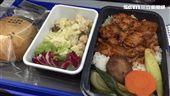 飛機餐,空姐送餐。(圖/記者簡佑庭攝)'