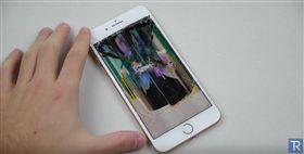 iPhone 8 Plus Hammer & Knife Scratch Test 翻攝影片 刀刮 鐵鎚 殘酷測試