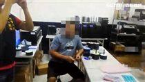 保二總隊接獲日本財產振興協會跨海提告,歷經4個月跟監蒐證,日前率隊前往三重及中壢等據點查緝,當場查扣逾5千片盜版AV光碟,侵權金額高達501萬元,警方訊後依違反著作權法及妨害風光等罪送辦(翻攝畫面)