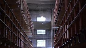 監獄 https://www.flickr.com/photos/alexanderkafka/14929841472/in/photolist-oKikHS-Vcd8ku-U4dvuQ-U7NF6X-CME7zv-CMEwE4-3ycLpZ-fppNdU-CKpTWf-9fBf9z-4EaKkc-bNLFPa-8t1YdT-byTHXc-RATo4m-SHJUNr-osRchQ-8zYJny-f