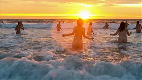 Druridge Bay,MIND,晨泳,裸泳,裸體,裸體,營火晚會,海水,募資,心理疾病 圖/翻攝自推特 https://goo.gl/sj1cYY