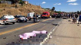超車失控撞轎車 騎士頭蓋骨噴飛、雙腿斷路旁慘死 翻攝自asnoticiasonline