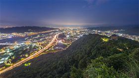 三峽鳶山夜景(圖/翻攝自Flickr https://www.flickr.com/photos/110911884@N07/18375358300/in/photolist-ueSuvG-tZLvQq-uisfUo-u2fQkY-u2grco)