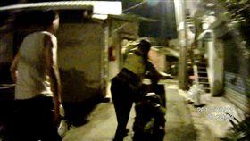 國道員警暖心地護送龐翁返家。(圖/翻攝畫面)