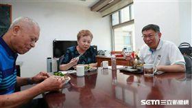柯文哲與柯爸媽吃飯 翻攝臉書