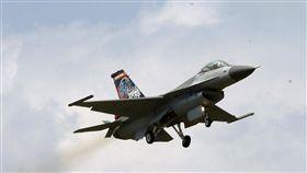 空軍花蓮基地將開放 F-16預演空軍23日將舉辦花蓮基地106年營區開放活動,雷虎小組暨3型主力戰機IDF、F-16和幻象19日先行預演。圖為主力戰機F-16進行操演。中央社記者郭日曉攝 106年9月19日