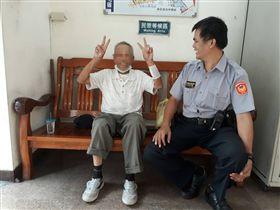 張翁回到拍出所後還開心的比YA與員警合照。(圖/翻攝畫面)