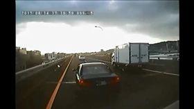 小轎車7度惡意阻擋在客運前方急踩煞車。(圖/翻攝畫面)