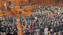 日本眾院解散 眾議員高呼萬歲日本眾議院議長大島理森9月28日宣讀解散詔書、解散眾議院,不少眾議員舉起雙手高呼「萬歲」。(共同社提供)中央社 106年9月28日