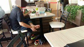 超商,用餐區,沒品,噁心,摳腳,脫鞋 圖/翻攝自臉書爆怨公社