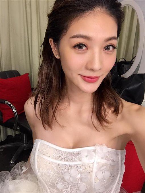 吳亞馨臉書po婚紗照,還發文寫「嫁了」。(翻攝自吳亞馨臉書)