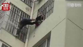 女童卡5樓空中嚇哭 大陸海軍男徒手攀窗「一字馬」神救援(圖/翻攝自北京時間秒拍)