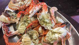 龜吼漁港,教大家怎麼挑萬里蟹,花蟹、石蟳、三點蟹。(記者郭奕均攝影)