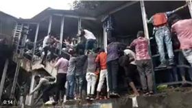 印度,孟買,火車站,踩踏意外(圖/翻攝自推特)