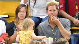 哈利王子爆米花被小蘿莉偷吃。(圖/翻攝自USA TODAY)