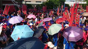 統促黨遊行恰巧碰上史上最熱10月,不少群眾紛紛撐傘阻擋豔陽。(圖/記者游承霖攝)