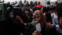 加泰隆尼亞公投 鎮暴警察出動阻撓加泰隆尼亞1日舉行獨立公投,鎮暴警察湧入赫羅納省(Girona)一座運動中心的投票所阻止選民投票。(安納杜魯新聞社提供)中央社  106年10月2日