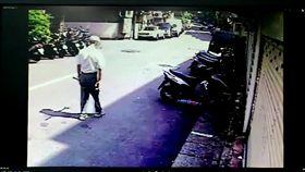 黃翁獨自步行返家遭彭男盯上。(圖/翻攝畫面)