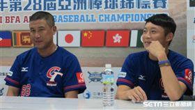 ▲亞錦賽中華隊總教練郭李建夫(左)與投手江國豪出席賽後記者會。(圖/記者蕭保祥攝)