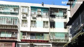 台北萬華區青年路公寓發生火警,警消救出楊姓屋主,鄰居則懷疑是屋主自己縱火釀災(楊忠翰攝)