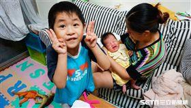 為了鼓勵生育及減輕家長托育負擔,台北市社會局自10月起推出「友善托育費用補助-二胎加碼」,送托0至2歲第二胎以上嬰幼兒至合作登記保母或私立托嬰中心托育補助從3,000元提高至6,000元。 李鴻典攝