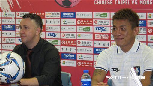 ▲台灣足球隊總教練Gary White(左)與隊長陳柏良。(圖/記者蕭保祥攝)