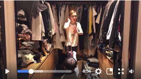 黑人陳建州在臉書PO 影片,雙胞胎兒子飛飛和翔翔拿著玩具蟑螂下范范。(翻攝自黑人陳建州臉書)