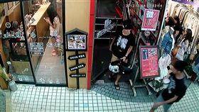 監視器錄下男子無端毆人後離開的畫面。(圖/翻攝畫面)