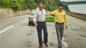 我只是個計程車司機 劇情打動人心韓國電影「我只是個計程車司機」,由韓國演員宋康昊(右)和影星湯瑪斯.克瑞特許曼(Thomas Kretschmann)(左)主演,以真人真事改編的劇情撼動人心,成為韓國影史10大賣座電影之一。(車庫娛樂提供)中央社記者江佩凌傳真 106年9月16日