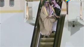 尷尬!沙國國王訪俄 下機時「黃金手扶梯」竟故障(圖/翻攝自騰訊視頻)