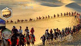 中國大陸「十一」長假期間,各景區遊客多,車也多。不過有個知名景區人多卻不塞車,而是塞駱駝。圖為遊客在敦煌騎駱駝。(圖取自敦煌旅遊官網www.dhcn.gov.cn)