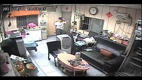 監視器錄下怪力男行竊過程。(圖/翻攝自八里)