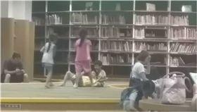 圖書館,小孩,玩耍,書櫃,吵鬧,家長,爆料公社 圖/翻攝自爆料公社