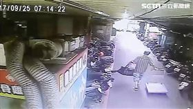 王姓慣竊隨機打開路旁轎車車門,竊走公視30萬元的訂製戲服,並以1千元賤賣,警方循線將他逮捕,訊後依竊盜罪函送法辦(翻攝畫面)