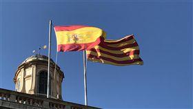 加泰隆尼亞脫西危機  未來幾天是關鍵加泰隆尼亞自治區政府與中央政府持續對立,區議會預計於10日開會,可能替宣布獨立鋪路,將是事態發展關鍵時刻。圖為加泰隆尼亞區政府建築頂端旗幟。中央社記者曾依璇巴塞隆納攝   106年10月9日
