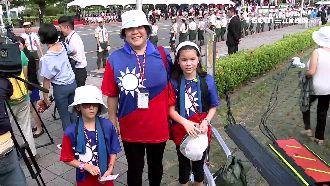 僑胞穿「國旗裝」 攜女返台參加國慶