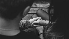 情侶,男女朋友,牽手,交往/pexels