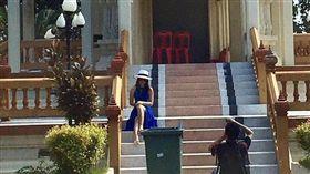 有民眾在泰國火葬場前拍照,泰國網友瘋傳。(圖/翻攝Twitter)