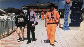 海巡人員將彭女轉交給淡水警方。(圖/翻攝畫面)