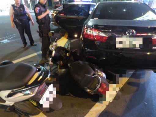 韓男心虛倒車逃逸卻撞上停等紅燈的陳姓女騎士。(圖/翻攝畫面)
